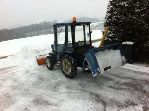 ISEKI TX 2160 Traktor, mit hydraulischen Schneepflug und hydraulischer Göweil Traktorkiste