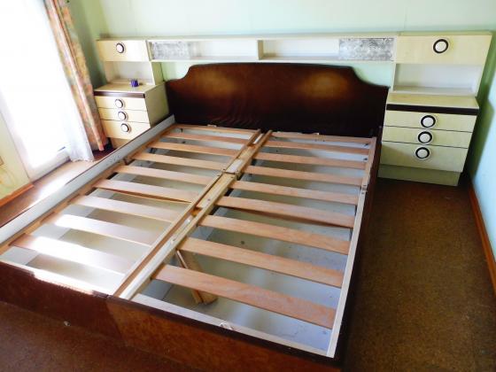 franz. Bett mit 2 Nachtkästen und Überbau