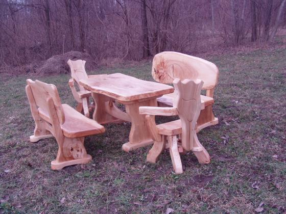 Rustikale Massivholz Tische und Bänke